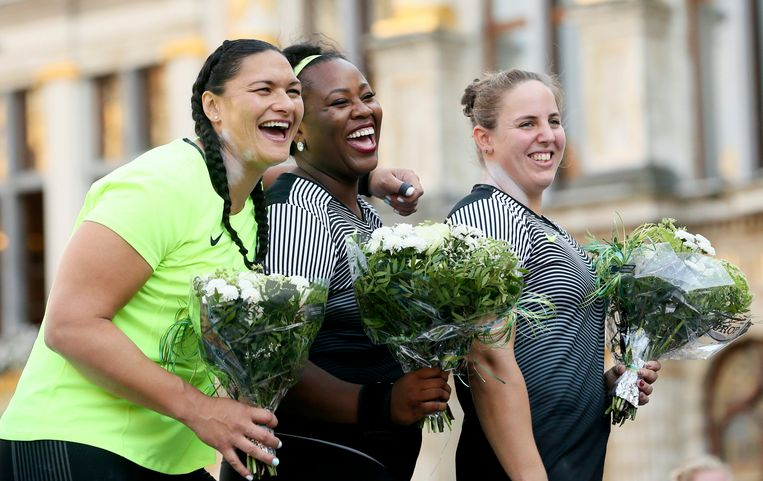 epa05530589 (L-R) second placed Valerie Adams of New Zealand, winner Michelle Carter of the USA and third placed Anita Marton of Hungary celebrate during the podium ceremony for the Women's Shot Put competition at the Memorial Van Damme IAAF Diamond League international athletics meeting in the Brussels' Grand place, Belgium, 08 September 2016.  EPA/OLIVIER HOSLET Beeld EPA