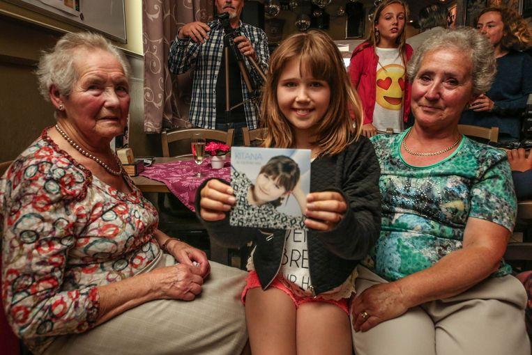 Kitana met haar overgrootoma Misette en oma Jeannine, zichtbaar ontroerd tijdens de voorstelling van de single.
