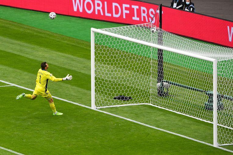 De Schotse goalie David Marshall kan alleen maar toekijken hoe de bal over hem heen vliegt en in het doel ploft. Beeld AFP