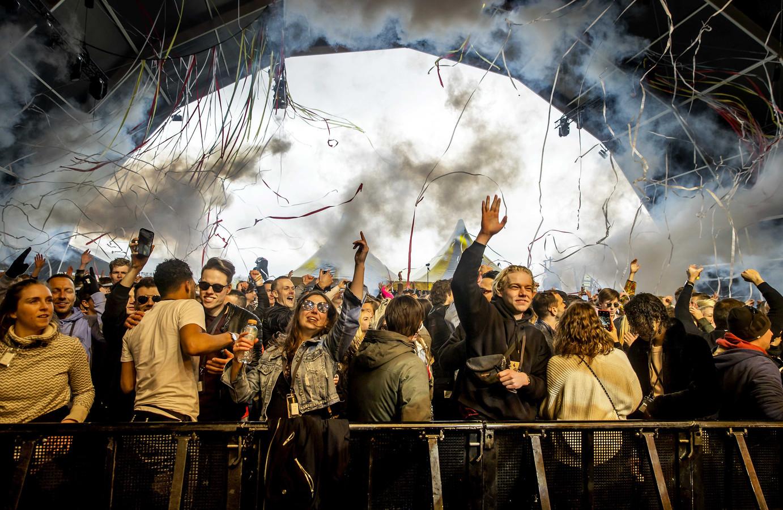 Bezoekers van een dancefestival op het evenemententerrein van Walibi Holland.