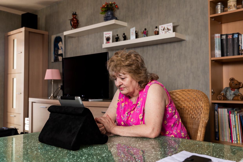 Mevrouw Zeller uit Den Haag spreekt via de iPad met haar cardioloog Wilco Tanis. Beeld Jiri Büller