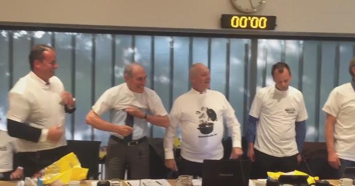 Raadsleden met een T-shirt ter promotie van de mossel.