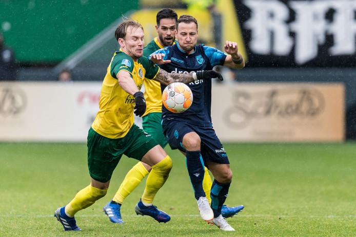 Roy Beerens  (blauw shirt) in actie voor Vitesse. Hij duelleert met Mark Diemers van Fortuna Sittard.