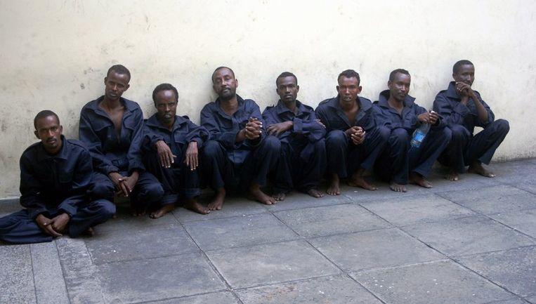 Acht Somalische kapers, vorige week gevangen genomen na een vuurgevecht met Britse mariniers en voor berechting overgedragen aan Kenia, op de binnenplaats van de gevangenis in Mombassa. Foto AP Beeld