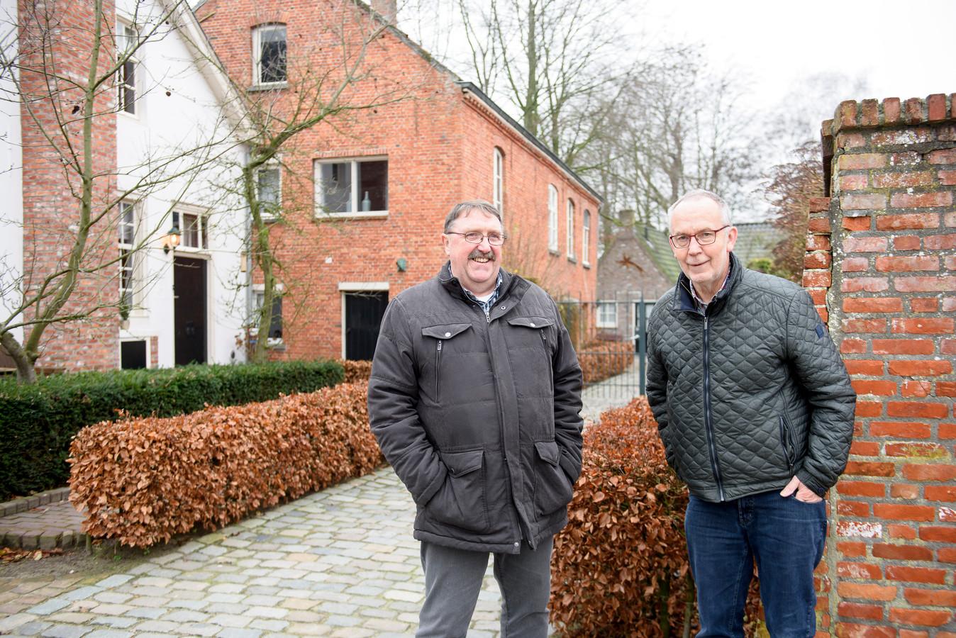 REUSEL - Martien Heesters (rechts) is bezig met een boek over de sigarenindustrie in de Kempen. Oud-collega Bouke den Ouden helpt mee met de vormgeving.
