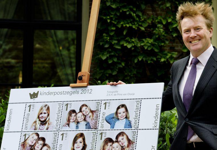 Prins Willem-Alexander presenteert de kinderpostzegels 2012. Beeld anp