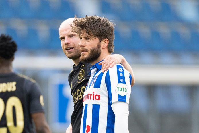 Lasse Schöne wordt in het shirt van SC Heerenveen omarmd door Ajacied Davy Klaassen.