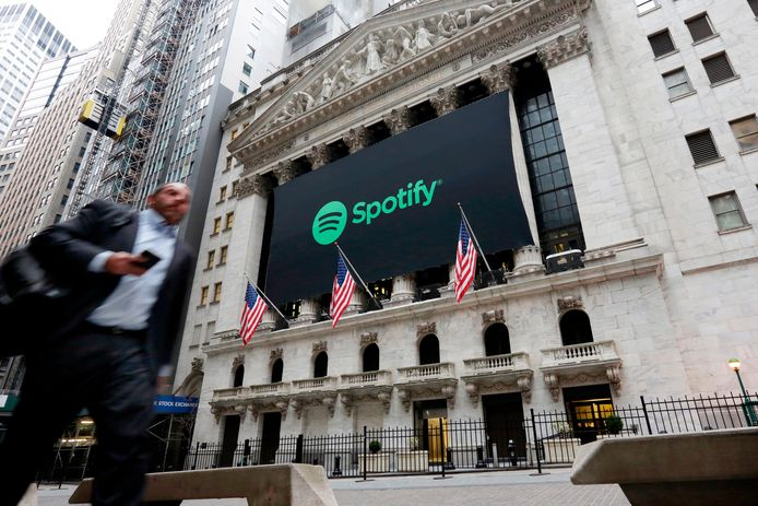 Een Spotify banner op de gevel van de New York Stock Exchange.