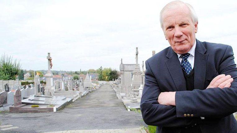 Burgemeester Gadenne stelde zich verantwoordelijk voor de begraafplaats, die recht tegenover zijn woning gelegen is. Beeld DH