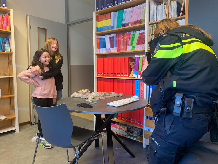 De zusjes hebben de buit ingeleverd bij de politie. Beeld privefoto
