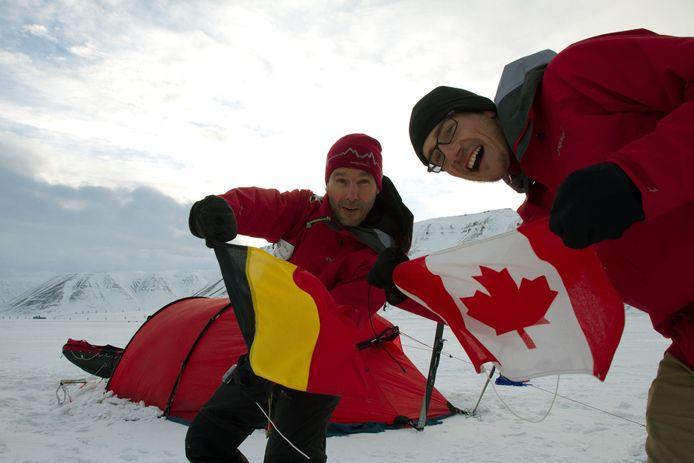 Dixie Dansercoer en zijn Canadese kompaan Eric McNair-Landry tijdens hun tocht over het ijs in Groenland.