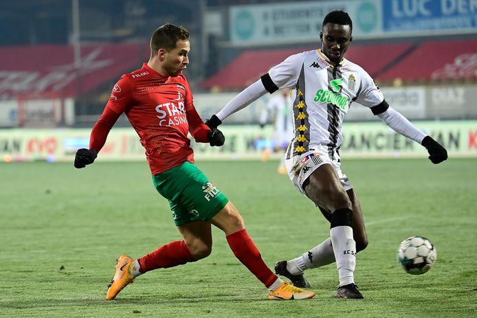 Modou Diagne schermt de bal af voor Hjulsager van KV Oostende.