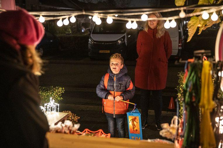 In de wijk Kloosterveen in Assen hebben verschillende bewoners tafels buiten geplaatst waar het snoepgoed op ligt voor de kinderen die met hun lampionnetje een Sint-Maartenliedje hebben gezongen. Beeld Harry Cock / de Volkskrant