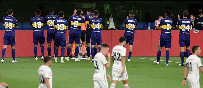 De spelers van Boca richtten samen een applaus naar de box van Maradona, waar diens dochter Dalma de match volgde.