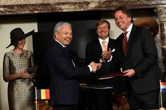 Koningin Mathilde van België, de Vlaamse minister van Buitenlandse Zaken Didier Reynders, koning Willem-Alexander en voormalig minister Bert Koenders bij het ondertekenen van het akkoord in 2016.