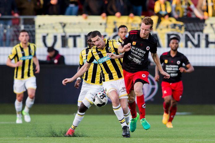 Arnold Kruiswijk in duel met Excelsior-aanvaller Mike van Duinen (r).