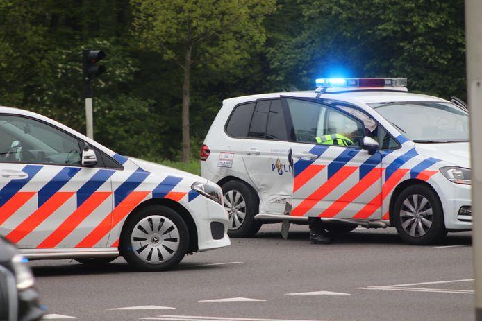 De bestuurder van een personenauto zag de politieauto over het hoofd en raakte de politiewagen in de flank.