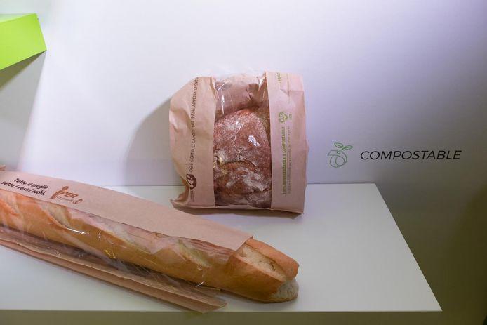 Enkele voorbeelden van de producten van het Liers bedrijf: bordjes, bekers, bestek en broodzakken. Allemaal gemaakt op basis van grondstoffen zoals mais en suikerriet.