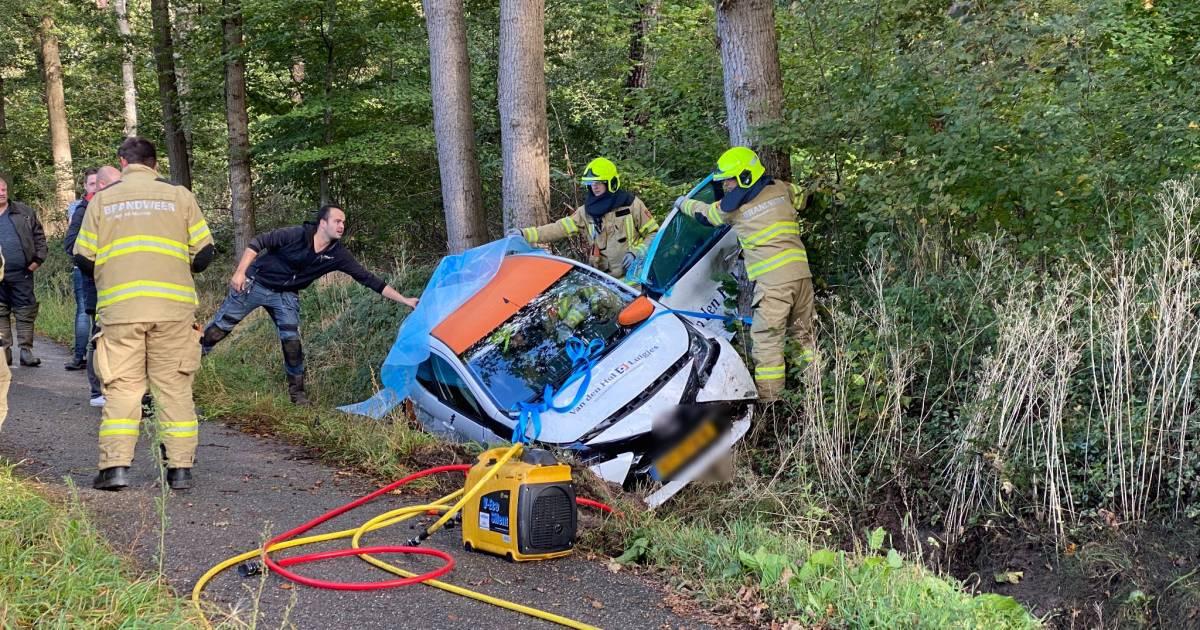Gewonde moet uit auto in berm bevrijd worden na ongeluk in Nijkerk.