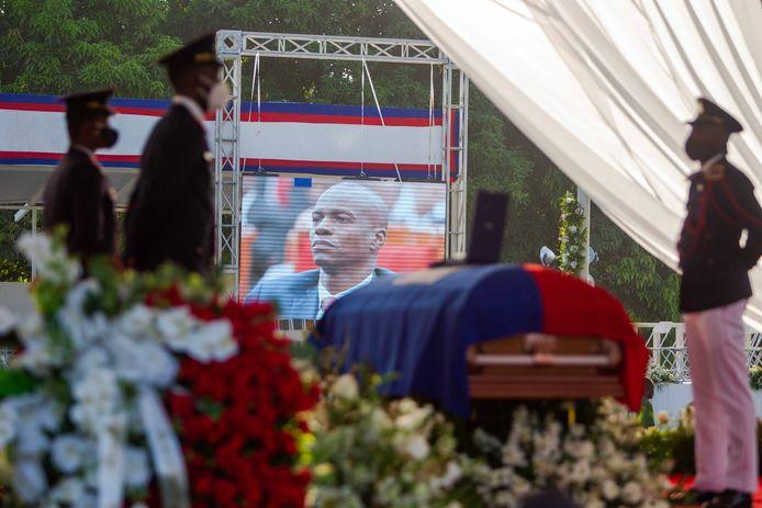 Des soldats gardent le cercueil contenant le corps du président Jovenel Moise pendant le début de sa cérémonie funéraire, au Cap-Haïtien, en Haïti, le 23 juillet 2021. La veillée funèbre en l'honneur du président d'Haïti, Jovenel Moise, a débuté le 23 juillet dans la ville du Cap-Haïtien, dans le nord du pays, quelques heures avant l'enterrement du président, assassiné le 7 juillet 2021. Le service funèbre a commencé avec deux heures de retard sur l'horaire prévu et se déroule dans les jardins de l'Habitation Village SOS, la résidence privée de la famille Moise, située dans la banlieue du Cap-Haïtien, qui est gardée par un fort dispositif de sécurité.