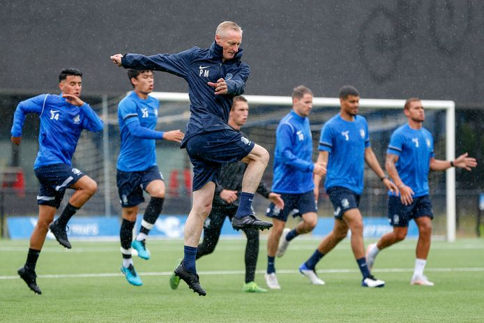 Assistent-trainer Pascal Maas verzorgde in de regen de eerste warming-up van FC Eindhoven in de voorbereiding op seizoen 2021-2022.