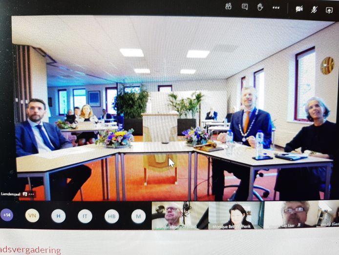 Jan en Mirjam de Boer met Sander van Alfen bij de digitale afscheidsbijeenkomst van Buren.