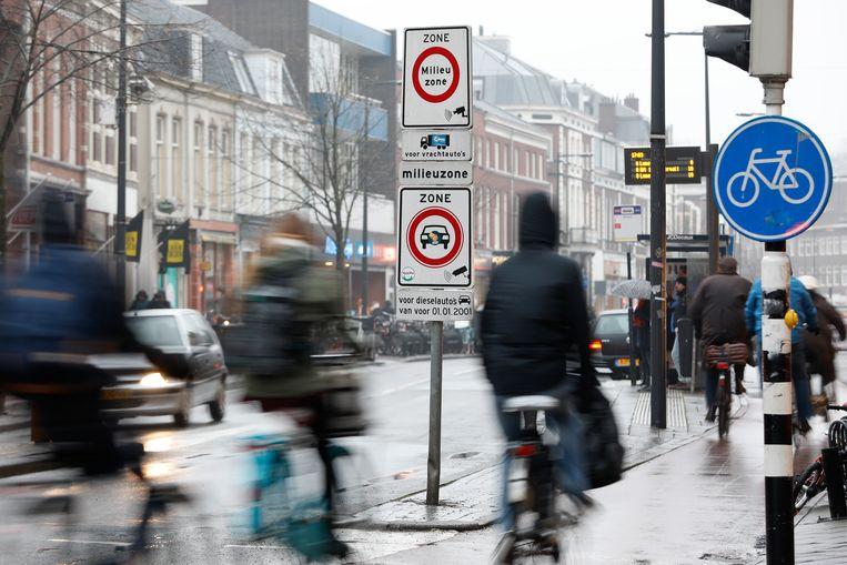 Een verkeersbord geeft aan dat automobilisten een milieuzone ingaan in de stad Utrecht. Binnen die zone mogen geen dieselauto's komen die gebouwd zijn voor 2001. Beeld ANP