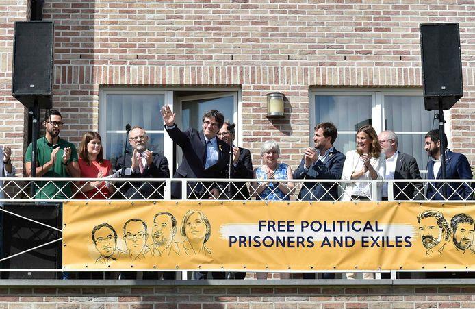 Carles Puigdemont groet pers en aanhangers vanaf zijn balkon in Waterloo (foto uit juli 2018).