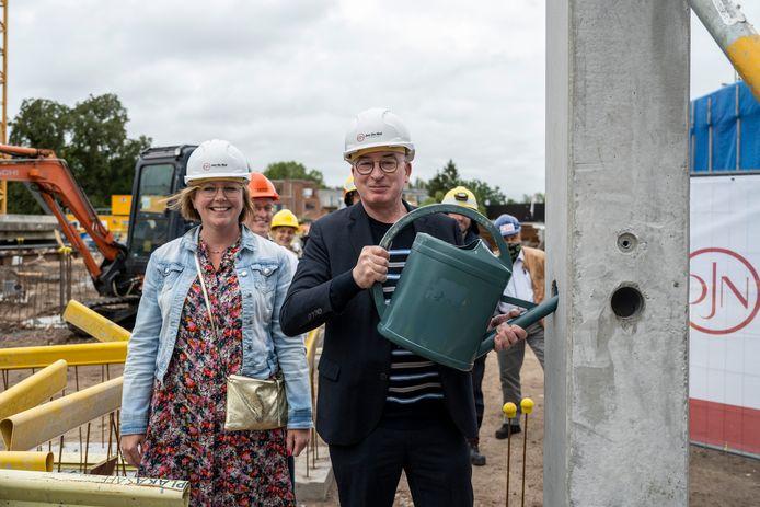 Bij wijze van 'eerste steenlegging' goten burgemeester Buyse en schepen Dierick vloeibaar beton in de centrale kolom.