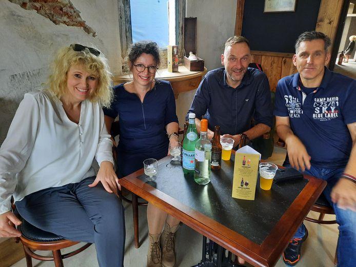 Grace de Jong, Mascha Gesthuizen, Lex Harfterkamp en Peter Riemens (vlnr) vieren het leven.