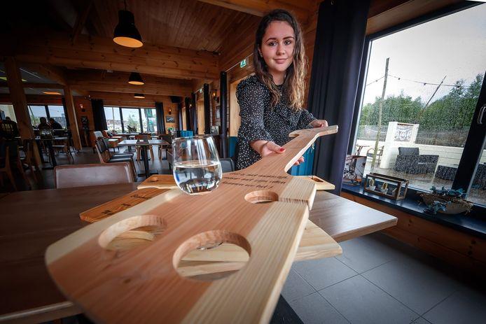 Chazzle van Meer (17) uit Etten-Leur heeft haar eigen bedrijf, Planken Enzo. Dat liep goed en heeft nu een corona-product op de markt gebracht: lange serveerplanken waarmee horecagelegenheden drankjes kunnen serveren op anderhalve meter afstand.