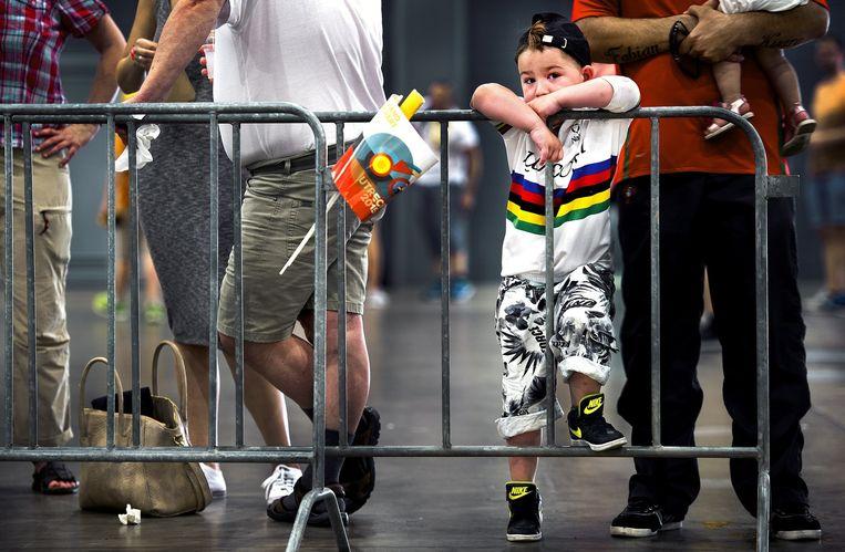 Een jongentje staat met grote belangstelling naar de reclamekaravaan van de Tour de France te kijken Beeld Klaas Jan van der Weij