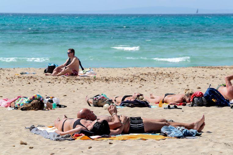 Duitsers genieten van het strand op Mallorca. Beeld Reuters
