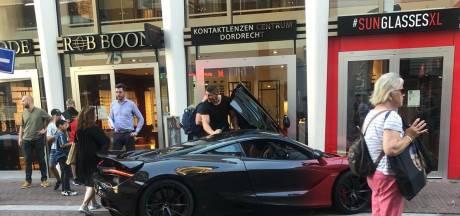 Foutparkeerder Rico Verhoeven trekt met peperdure auto veel bekijks: 'Hij ging ff een brilletje halen'