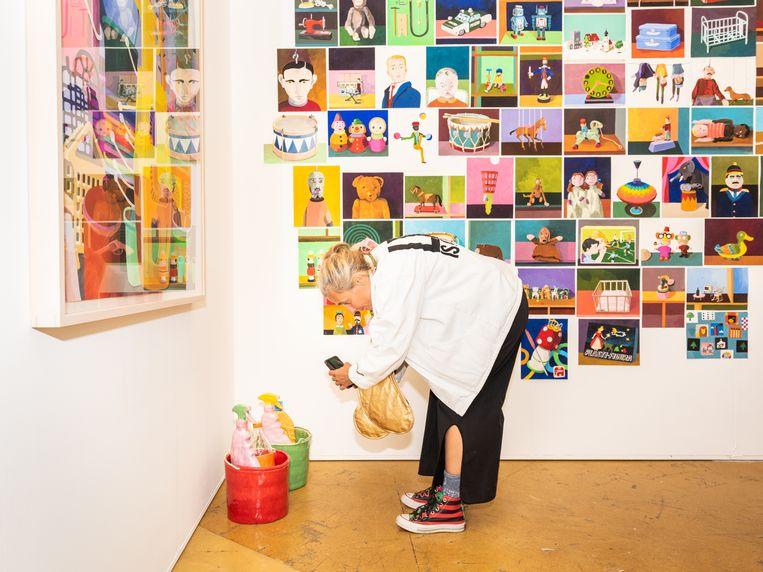 De stand van galerie Cokkie Snoei, op de grond keramiek van Koos Buster, aan de muur stillevens van Erik Mattijssen. Beeld Simon Lenskens