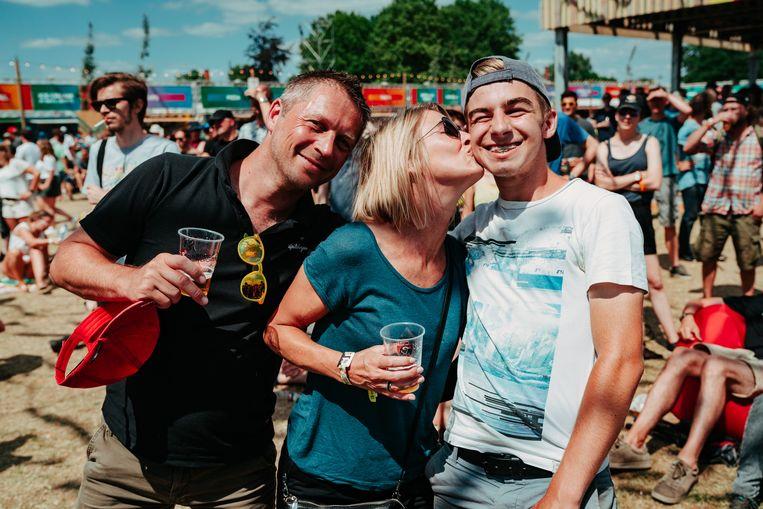Wim (45), Lies (47) en Jonas (18) op Rock Werchter.  Beeld Illias Teirlinck