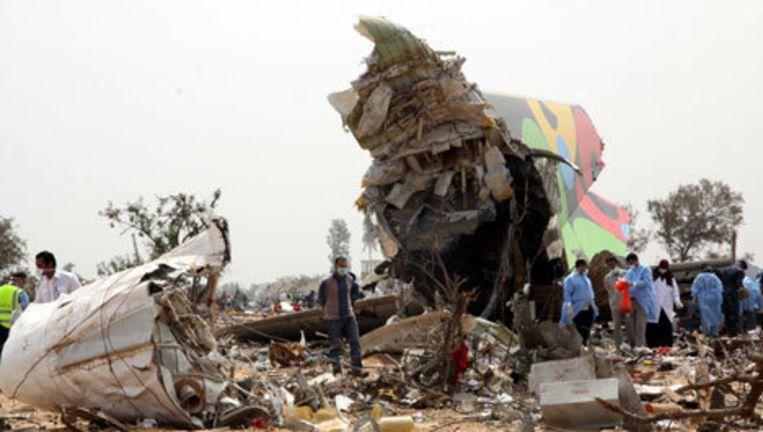 Reddingswerkers onderzoeken de plek waar het toestel is neergestort. Foto EPA Beeld