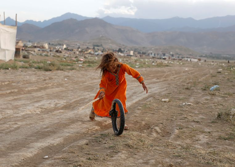 Een Afghaans meisje in een vluchtelingenkamp in Kaboel, Afghanistan. Beeld REUTERS