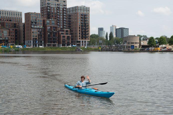 Sjarel de Kraker oefent het peddelen in de Coolhaven in Rotterdam.