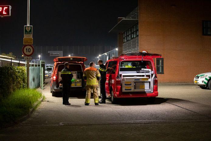 Politie en brandweer doen onderzoek naar de drugscaravan met afval in Roosendaal.