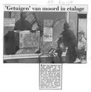 Krantenknipsel Algemeen Dagblad september 1986. in een etalage worden de gevonden trui, het mes en twee handschoenen getoond aan het publiek.