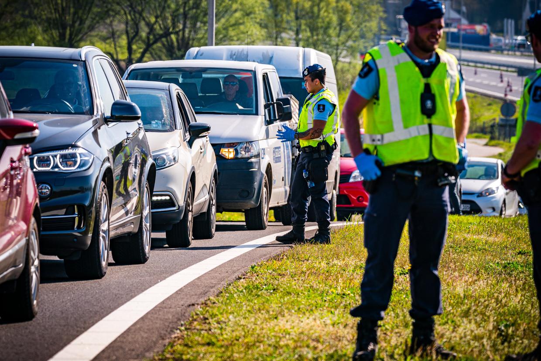 Controle aan de grens bij Roermond.  Beeld Rob Engelaar