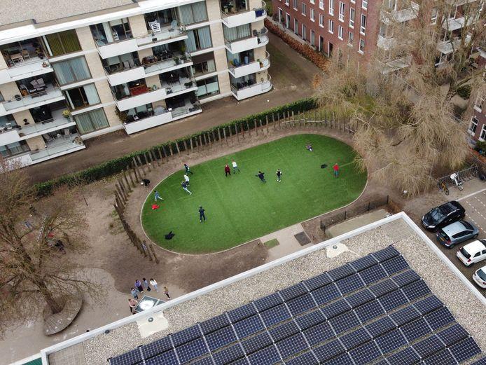 Het speelveldje van De Buut met daarnaast het appartementencomplex. Sommige buren hebben last van de spelende kinderen, maar niet álle, wil een groepje buren laten weten.