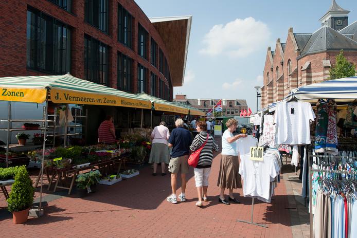 Een deel van de maandagmarkt in Rijssen met links het gemeentehuis en rechtsachter de Schildkerk.