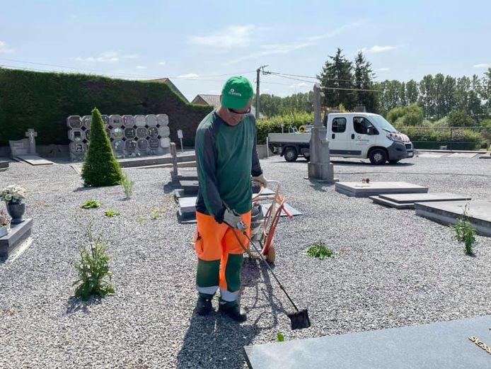 Door de extra groenjobs zorgt de gemeente er voor dat alle kerkhoven netjes blijven.
