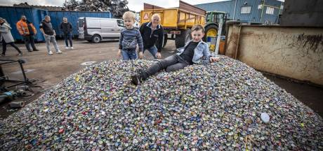 Sven (9) uit Den Ham is genezen en zamelt nu miljoenen dopjes voor andere zieke kinderen in