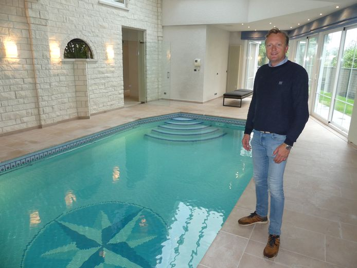 Olivier Van De Vijver aan het binnenzwembad van de Leievilla.