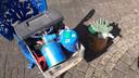 De spullen waarmee Jan Smits tinnen soldaatjes giet. Een doos mallen, een gasbrander en rechts een trommel met lood. Da's alles.