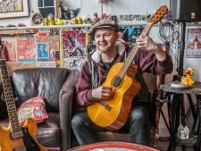 Erwin heeft een liefde voor snaren: 'Aan iedere wilg in de Delftse Hout bungelt wel een gitaar'