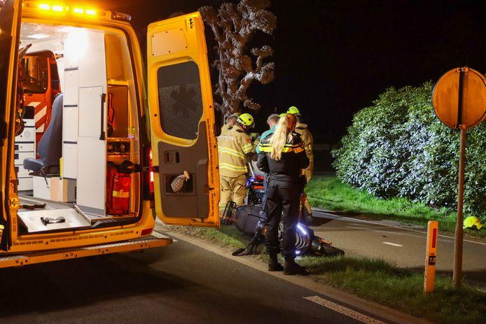 Onder meer brandweer, politie en ambulance zijn aanwezig na het ongeval in Wekerom. Een scooterrijder is gevallen en ernstig gewond geraakt.